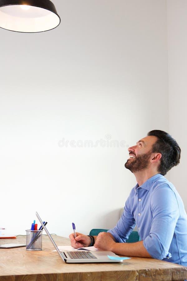 Ώριμη συνεδρίαση ατόμων στο γραφείο και χαμόγελο στοκ φωτογραφίες
