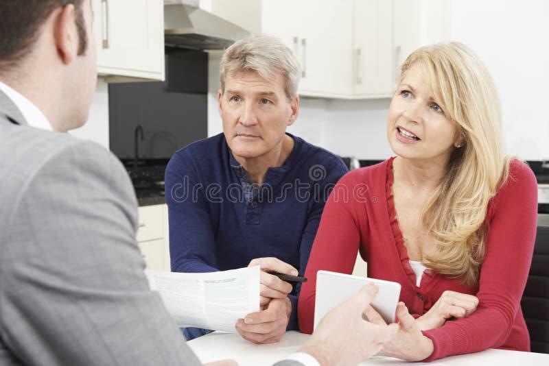 Ώριμη συνεδρίαση του ζεύγους με τον οικονομικό σύμβουλο στο σπίτι στοκ φωτογραφία με δικαίωμα ελεύθερης χρήσης