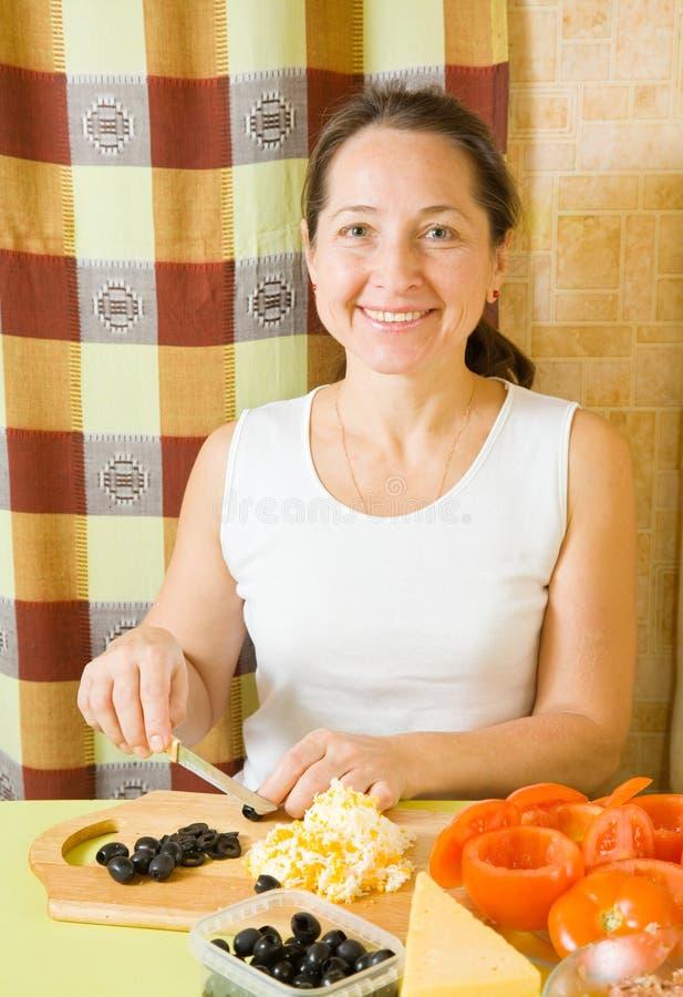 Download ώριμη τεμαχίζοντας γυναίκ&a Στοκ Εικόνες - εικόνα από μάγειρας, αυγά: 17050512