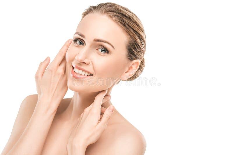 Ώριμη υγειονομική περίθαλψη ομορφιάς γυναικών που απομονώνεται στο λευκό στοκ εικόνα