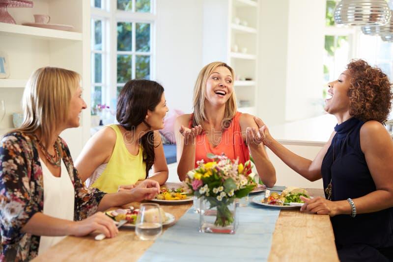 Ώριμοι θηλυκοί φίλοι που κάθονται τον πίνακα στο κόμμα γευμάτων στοκ εικόνες