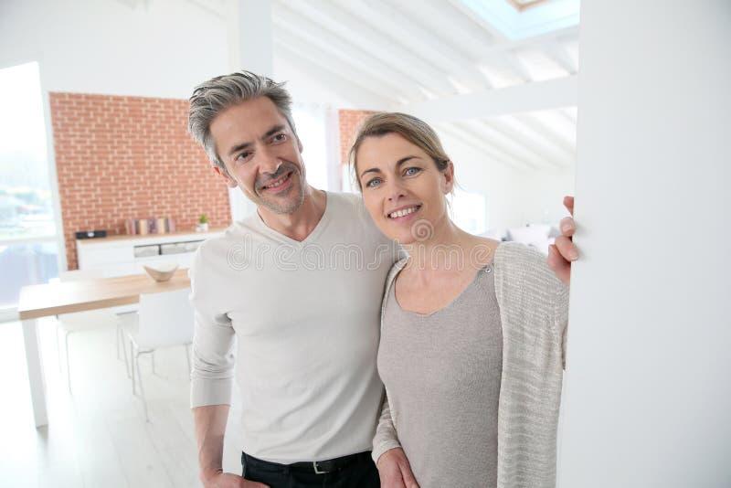 Ώριμοι καλωσορίζοντας φιλοξενούμενοι ζευγών στο σπίτι στοκ φωτογραφία με δικαίωμα ελεύθερης χρήσης