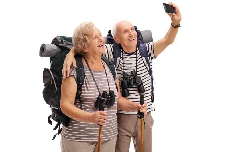 Ώριμοι οδοιπόροι που παίρνουν ένα selfie στοκ φωτογραφίες με δικαίωμα ελεύθερης χρήσης