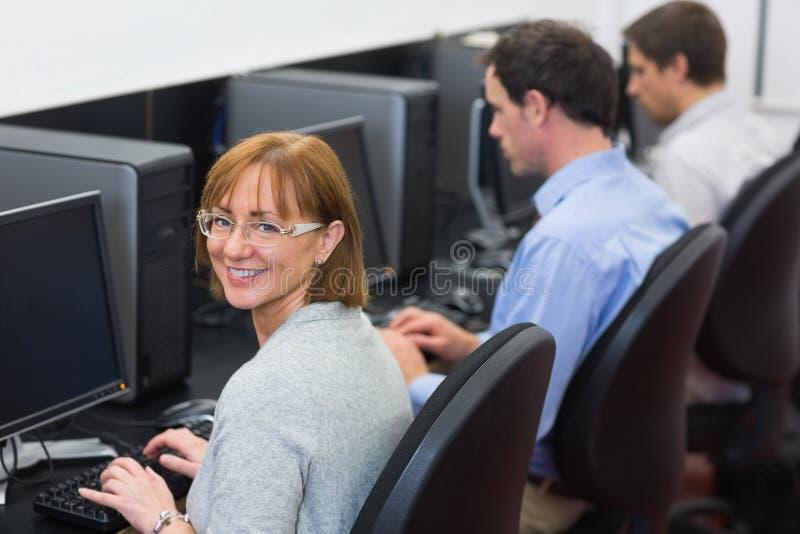 Ώριμοι σπουδαστές στο δωμάτιο υπολογιστών στοκ φωτογραφία με δικαίωμα ελεύθερης χρήσης