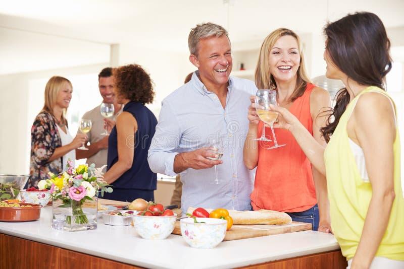Ώριμοι φιλοξενούμενοι που καλωσορίζονται στο κόμμα γευμάτων από τους φίλους στοκ φωτογραφίες με δικαίωμα ελεύθερης χρήσης