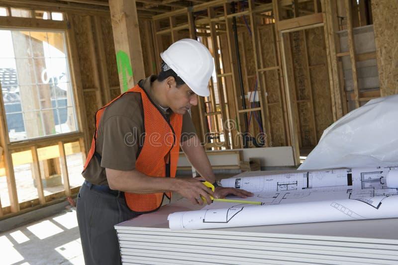 Ώριμος αρχιτέκτονας που εργάζεται στο σχεδιάγραμμα στοκ εικόνες