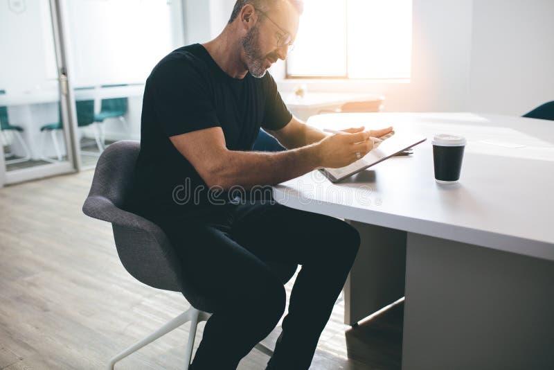 Ώριμος επιχειρηματίας που εργάζεται στην ψηφιακή ταμπλέτα του στοκ φωτογραφία με δικαίωμα ελεύθερης χρήσης