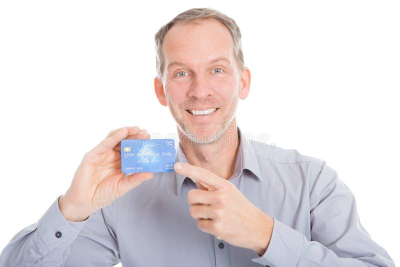 Ώριμος επιχειρηματίας που παρουσιάζει πιστωτική κάρτα στοκ φωτογραφία με δικαίωμα ελεύθερης χρήσης