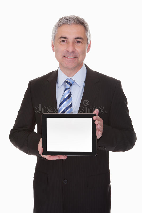 Ώριμος επιχειρηματίας που παρουσιάζει ψηφιακή ταμπλέτα στοκ εικόνες