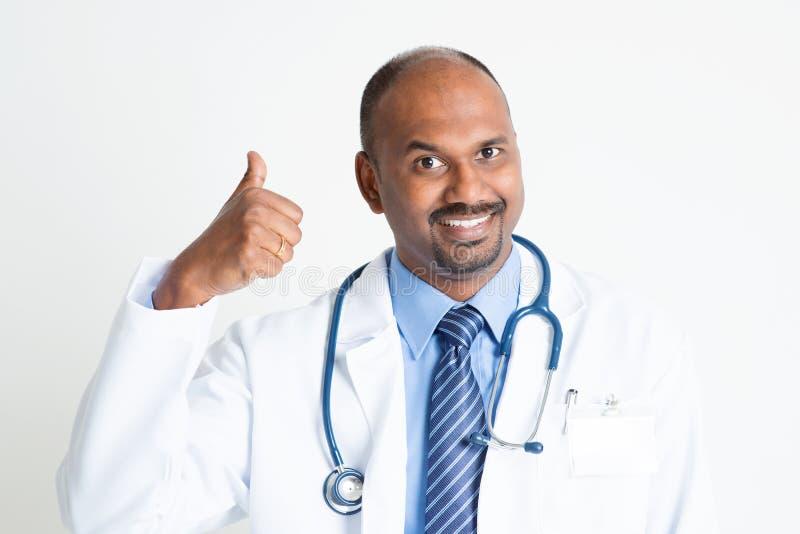 Ώριμος ινδικός αντίχειρας γιατρών επάνω στοκ εικόνα