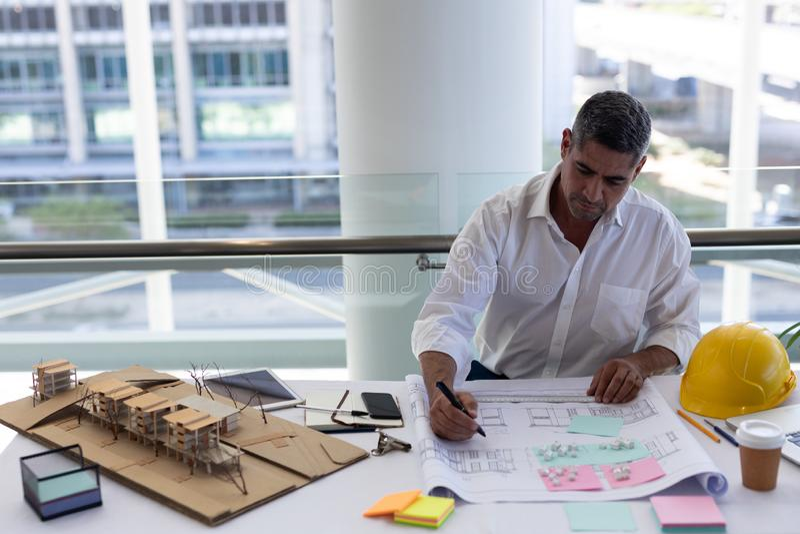 Ώριμος καυκάσιος αρσενικός αρχιτέκτονας που εργάζεται στο γραφείο στοκ φωτογραφία με δικαίωμα ελεύθερης χρήσης