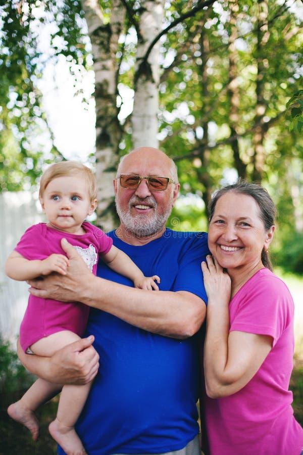 Ώριμος παππούς και γιαγιά με μικρή εγγονή στοκ εικόνες με δικαίωμα ελεύθερης χρήσης