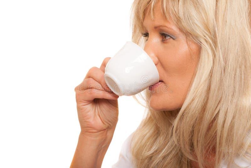 Ώριμος τσάι ή καφές κατανάλωσης γυναικών στοκ εικόνα με δικαίωμα ελεύθερης χρήσης