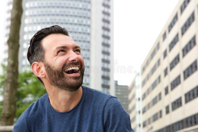 Ώριμος τύπος με το γέλιο γενειάδων στοκ φωτογραφία