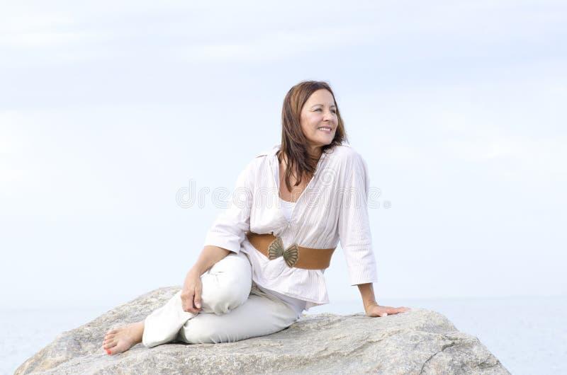Ώριμος φιλικός χαλαρωμένος υπαίθριος γυναικών που απομονώνεται στοκ εικόνα