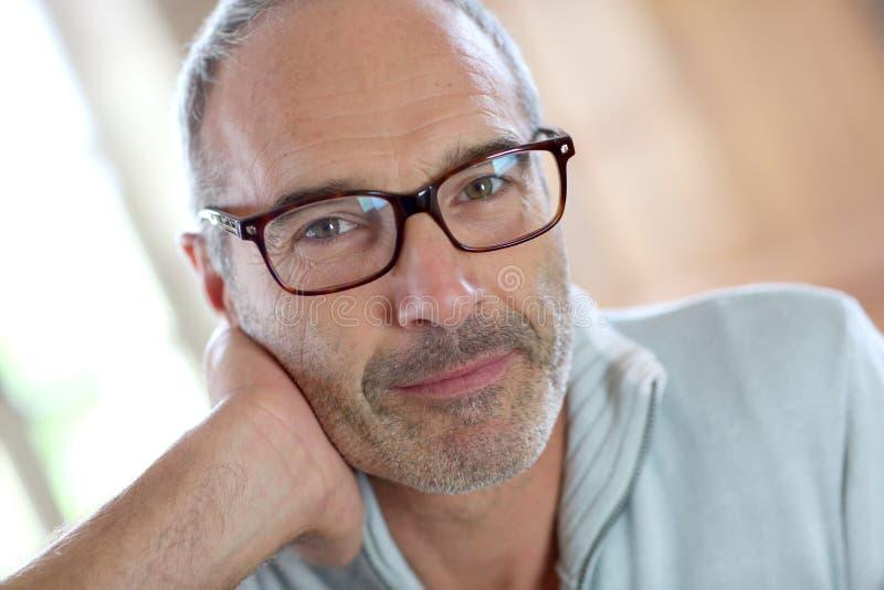 Ώριμο άτομο με eyeglasses που εξετάζει τη κάμερα στοκ εικόνες με δικαίωμα ελεύθερης χρήσης