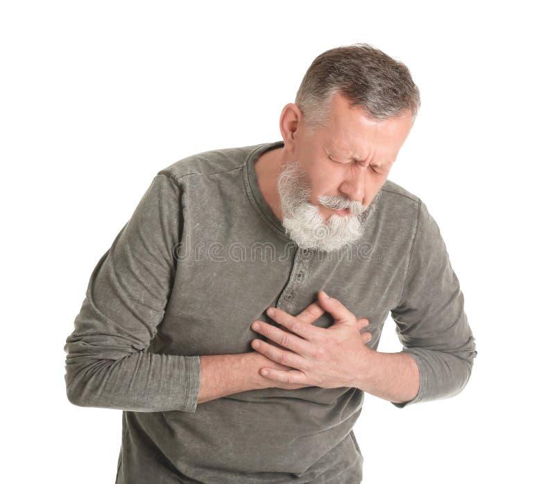 Ώριμο άτομο που έχει την επίθεση καρδιών στο άσπρο υπόβαθρο στοκ φωτογραφία με δικαίωμα ελεύθερης χρήσης