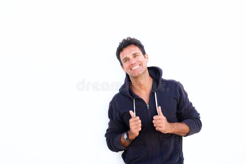 Ώριμο άτομο που γελά και που στέκεται στο άσπρο κλίμα στοκ φωτογραφίες