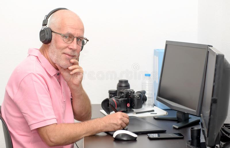 Ώριμο άτομο που εργάζεται στην ταμπλέτα γραφικής παράστασής του στοκ εικόνα με δικαίωμα ελεύθερης χρήσης