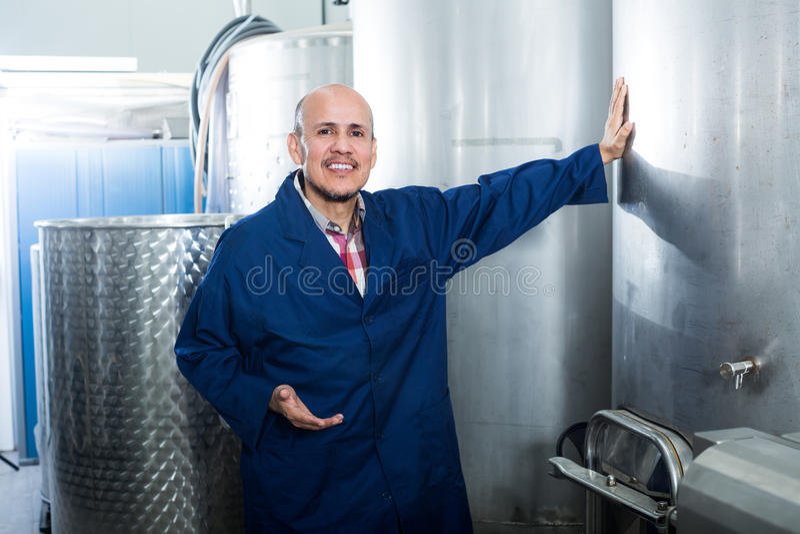 Ώριμο άτομο που εργάζεται στο τμήμα ζύμωσης κρασιού στοκ φωτογραφίες