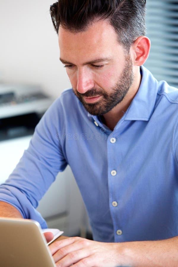 Ώριμο άτομο που εργάζεται στο lap-top στοκ εικόνες