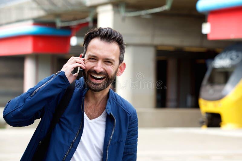 Ώριμο άτομο που μιλά στο κινητό τηλέφωνο στο σιδηροδρομικό σταθμό στοκ φωτογραφίες