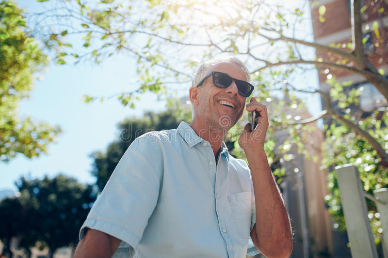 Ώριμο άτομο που μιλά στο κινητό τηλέφωνο υπαίθρια στοκ φωτογραφία με δικαίωμα ελεύθερης χρήσης