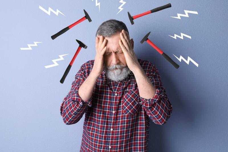Ώριμο άτομο που πάσχει από τον πονοκέφαλο στοκ εικόνες