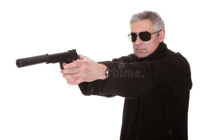 Ώριμο άτομο που στοχεύει με το περίστροφο στοκ εικόνα με δικαίωμα ελεύθερης χρήσης