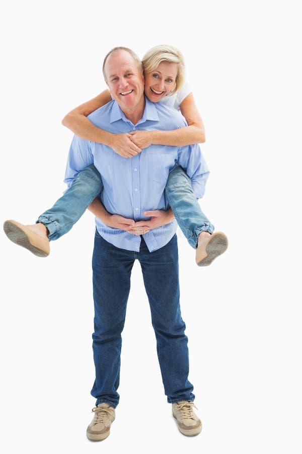 Ώριμο άτομο που φέρνει το συνεργάτη του στην πλάτη του στοκ φωτογραφίες με δικαίωμα ελεύθερης χρήσης