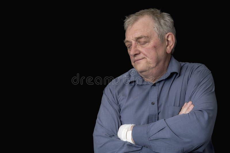 Ώριμο άτομο που φαίνεται ανησυχημένο και ταϊσμένο επάνω στοκ φωτογραφίες