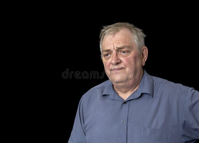 Ώριμο άτομο που φαίνεται ανησυχημένο και ταϊσμένο επάνω στοκ εικόνες