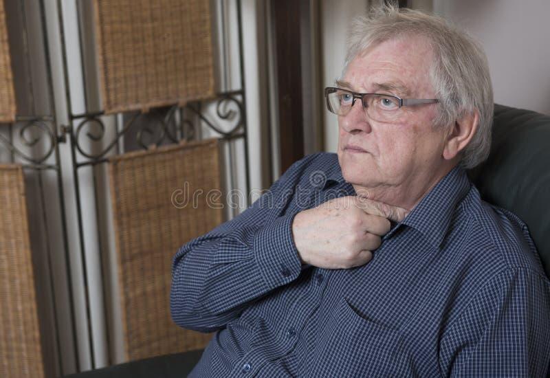 Ώριμο άτομο που φορά τη χαλάρωση γυαλιών στοκ εικόνες με δικαίωμα ελεύθερης χρήσης
