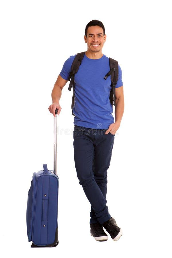 Ώριμο ασιατικό άτομο που περιμένει στο λευκό με τις αποσκευές στοκ φωτογραφίες