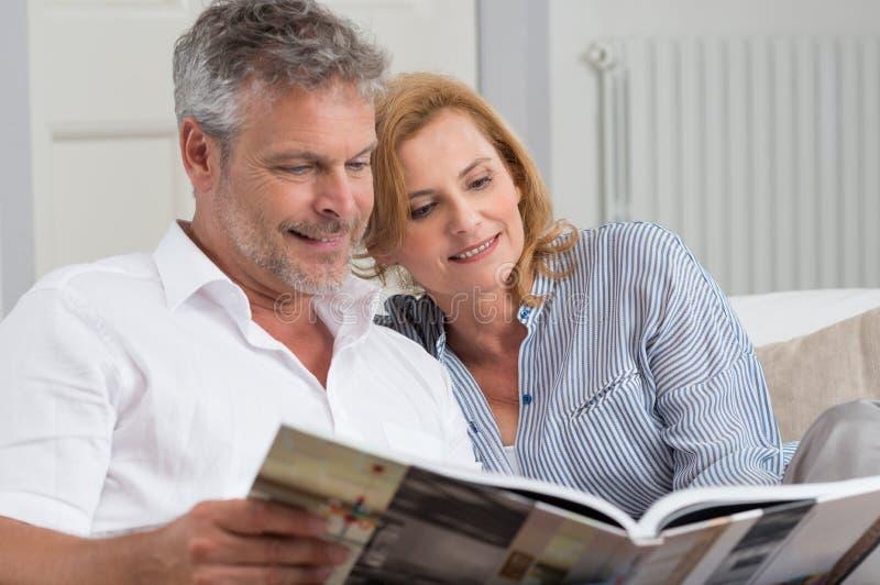 Ώριμο βιβλίο ανάγνωσης ζεύγους στοκ εικόνα με δικαίωμα ελεύθερης χρήσης