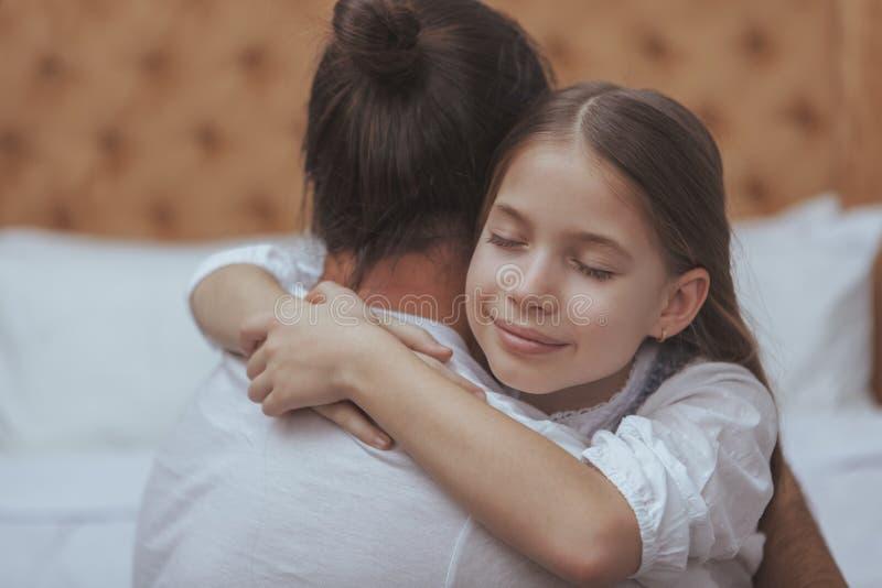 Ώριμο γενειοφόρο άτομο που στηρίζεται στο σπίτι με τη μικρή κόρη του στοκ φωτογραφία με δικαίωμα ελεύθερης χρήσης