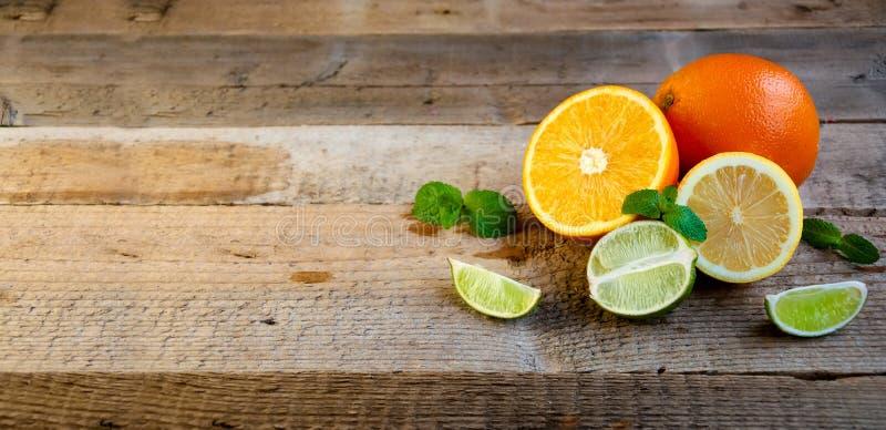 Ώριμο εσπεριδοειδές στον παλαιό ξύλινο πίνακα Πορτοκάλι, ασβέστης, μέντα λεμονιών τρόφιμα υγιή Θερινή ανασκόπηση στοκ φωτογραφίες