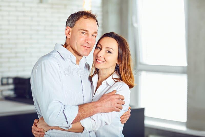 Ώριμο ευτυχές αγκάλιασμα ζευγών στο εσωτερικό στοκ εικόνες με δικαίωμα ελεύθερης χρήσης