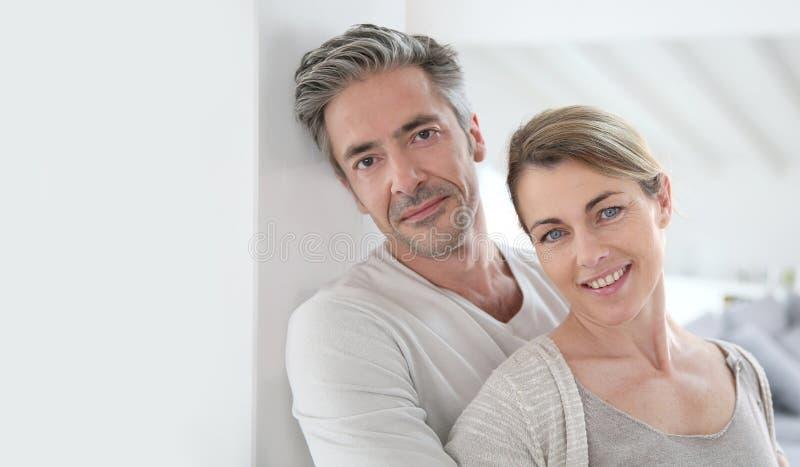 Ώριμο ευτυχές ζεύγος που απολαμβάνει το καινούργιο σπίτι τους στοκ εικόνες με δικαίωμα ελεύθερης χρήσης