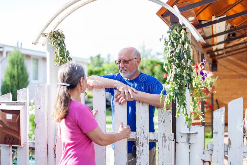Ώριμο ζευγάρι στην πύλη της εξοχικής του χωριού στοκ φωτογραφία με δικαίωμα ελεύθερης χρήσης