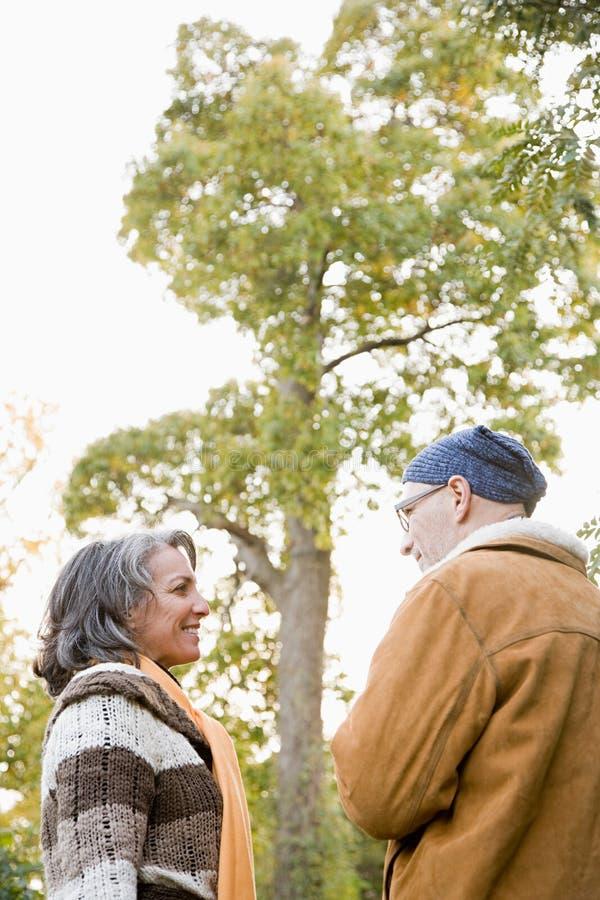 Ώριμο ζεύγος κοντά σε ένα δέντρο στοκ εικόνα