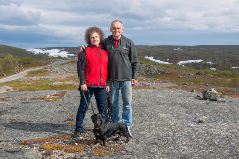 Ώριμο ζεύγος με το dachshund στα βουνά, Νορβηγία στοκ φωτογραφία