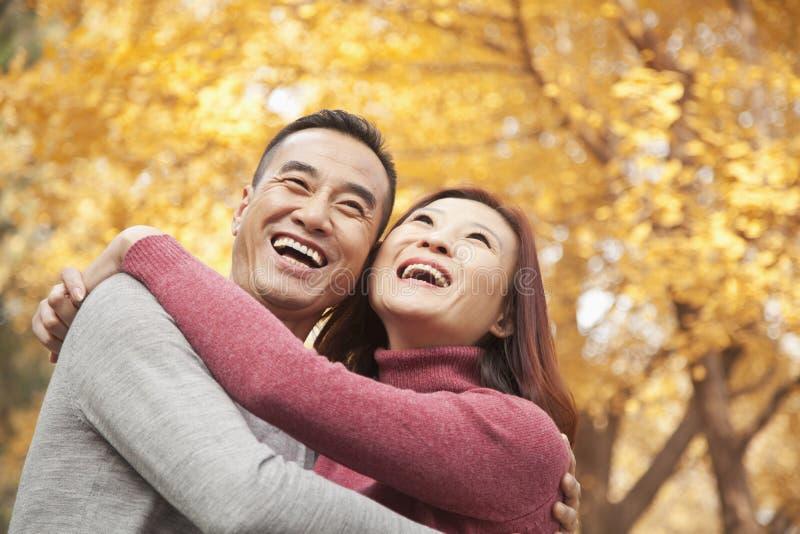 Ώριμο ζεύγος που αγκαλιάζει στο πάρκο στοκ φωτογραφία
