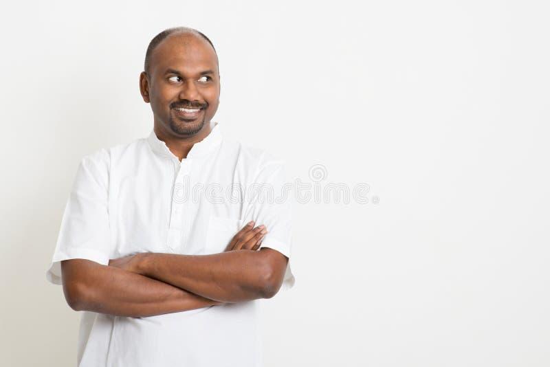 Ώριμο ινδικό άτομο που φαίνεται πλευρά και χαμόγελο στοκ εικόνες με δικαίωμα ελεύθερης χρήσης