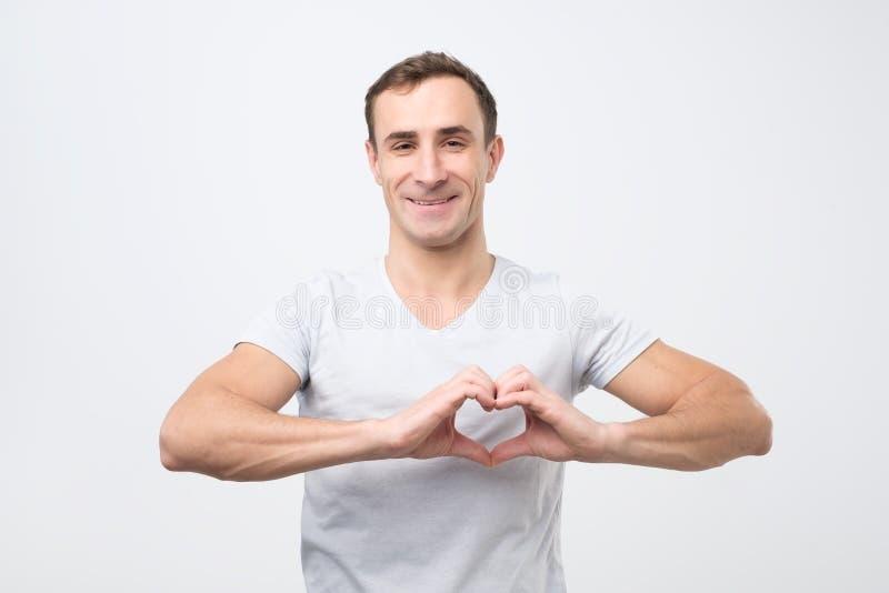 Ώριμο ιταλικό άτομο που κάνει έξω της καρδιάς χεριών Να κάνει την εργασία φιλανθρωπίας στοκ φωτογραφίες