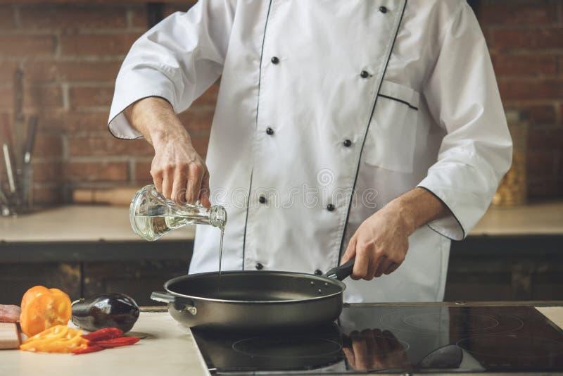 Ώριμο μαγειρεύοντας γεύμα αρχιμαγείρων ατόμων επαγγελματικό στο εσωτερικό στοκ εικόνα με δικαίωμα ελεύθερης χρήσης