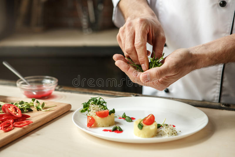 Ώριμο μαγειρεύοντας γεύμα αρχιμαγείρων ατόμων επαγγελματικό στο εσωτερικό στοκ εικόνες με δικαίωμα ελεύθερης χρήσης