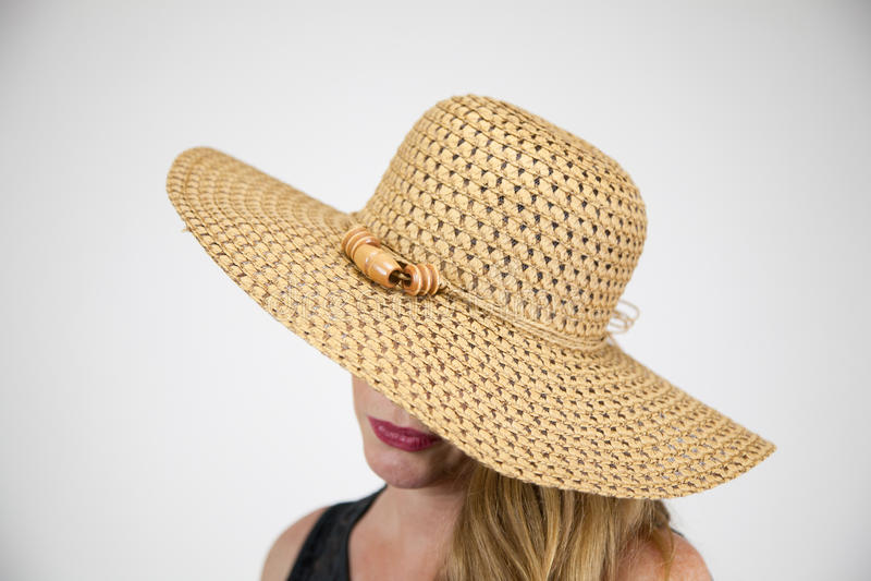 Ώριμο ξανθό θηλυκό μεγάλο καπέλο πορτρέτου κινηματογραφήσεων σε πρώτο πλάνο που καλύπτει τα μάτια στοκ εικόνες με δικαίωμα ελεύθερης χρήσης