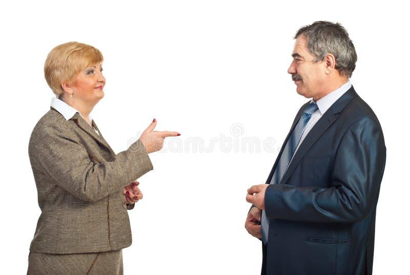 Ώριμο σημείο επιχειρησιακών γυναικών στον άνδρα συναδέλφων της στοκ εικόνα