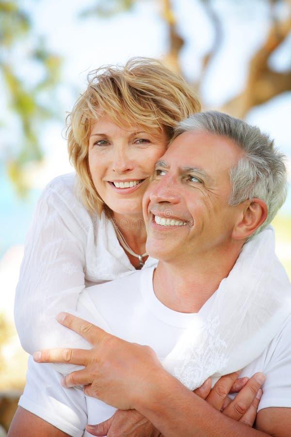 ώριμο χαμόγελο ζευγών στοκ εικόνα με δικαίωμα ελεύθερης χρήσης